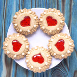 Сладостные печенья студня с красной завалкой любят сердце на плите на изумрудной голубой деревянной предпосылке Стоковая Фотография RF