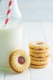 Сладостные печенья с вареньем и молоком Стоковая Фотография RF