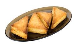 Сладостные печенья слойки в стеклянном блюде изолированном на белизне Стоковые Изображения