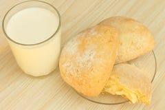 Сладостные пирожки и молоко стоковое изображение rf