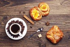 Сладостные плюшки и кофе Стоковые Фото