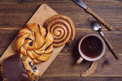 Сладостные плюшки и кофе Стоковая Фотография