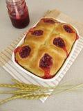 Сладостные плюшки с вареньем lingonberry Стоковые Фото
