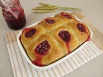 Сладостные плюшки с вареньем lingonberry Стоковое Фото