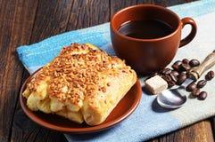Сладостные плюшки с гайками и кофе Стоковое Изображение