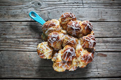 Сладостные плюшки циннамона с сахаром замороженности, деревенское домодельным Стоковые Изображения RF