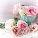 Сладостные розовые цветки роз в вазе Стоковая Фотография RF