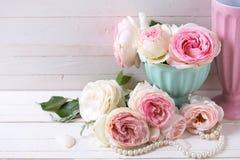Сладостные розовые цветки роз в вазе Стоковое фото RF
