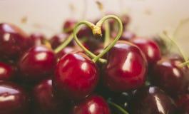 Сладостные свежие вишни в стиле фильма Стоковое фото RF