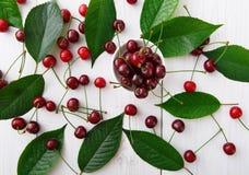 Сладостные свежие вишни на белой деревянной предпосылке Стоковые Изображения