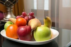 Сладостные свежие фрукты на плите Стоковые Фото