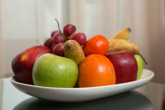 Сладостные свежие фрукты на плите Стоковое фото RF