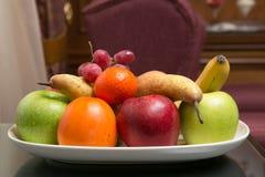 Сладостные свежие фрукты на плите Стоковое Изображение RF