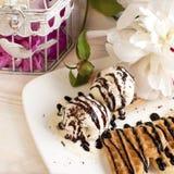 Сладостные сердца вафли на блюде с цветками Стоковые Изображения