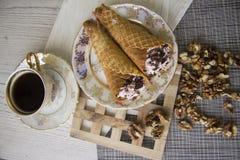 Сладостные сметанообразные waffles и гайки Стоковые Фото