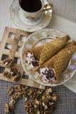 Сладостные сметанообразные waffles и гайки Стоковые Фотографии RF