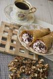 Сладостные сметанообразные waffles и гайки Стоковое Фото