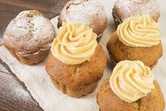 Сладостные, сочные пирожные с сливк и запыленные с напудренным сахаром Стоковые Фото