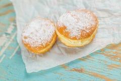 Сладостные слащавые donuts на деревенской таблице Стоковая Фотография
