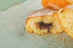 Сладостные слащавые donuts на деревенской таблице Стоковые Фотографии RF