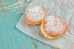 Сладостные слащавые donuts на деревенской таблице Стоковые Изображения RF