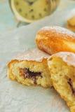 Сладостные слащавые donuts на деревенской таблице Стоковое Изображение RF