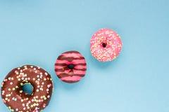Сладостные donuts на голубой предпосылке Стоковое фото RF