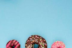 Сладостные donuts на голубой предпосылке Стоковое Изображение