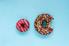 Сладостные donuts на голубой предпосылке Стоковое Фото
