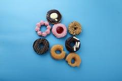 Сладостные donuts на голубой предпосылке Стоковые Изображения RF
