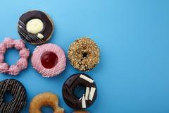 Сладостные donuts на голубой предпосылке Стоковая Фотография RF