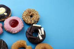 Сладостные donuts на голубой предпосылке Стоковые Фотографии RF