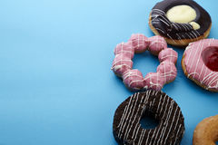 Сладостные donuts на голубой предпосылке Стоковое Изображение RF