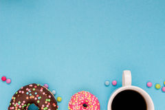 Сладостные donuts с кофе на голубой предпосылке Стоковая Фотография RF