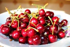 Сладостные maroon вишни на плите Стоковое Изображение RF
