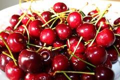 Сладостные maroon вишни на плите Стоковая Фотография RF