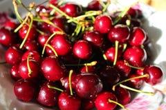 Сладостные maroon вишни на плите Стоковое Изображение