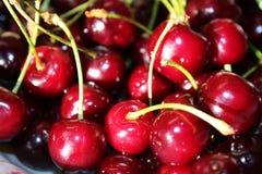 Сладостные maroon вишни на плите Стоковые Фотографии RF