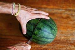 Сладостный арбуз, человек режет арбуз, нож в арбузе Стоковая Фотография