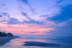 Сладостный восход солнца над морем на пляже Rayong Стоковые Фото