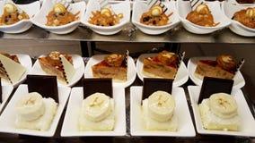 Сладостный десерт в белых плитах стоковые изображения rf