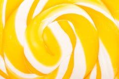 Сладостный желтый спиральный леденец на палочке Стоковая Фотография RF