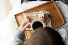 Сладостный завтрак в кровати с кофе Стоковое Изображение RF