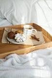 Сладостный завтрак в кровати с кофе стоковая фотография rf