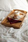 Сладостный завтрак в кровати с кофе стоковые изображения rf
