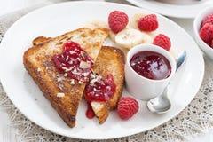 Сладостный завтрак - здравицы с полениками, бананом и вареньем Стоковое Изображение
