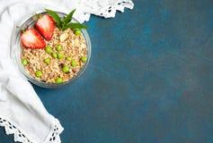 Сладостный завтрак страны: granola с клубниками и зелеными горохами на винтажной предпосылке Взгляд сверху, плоское положение стоковые изображения rf