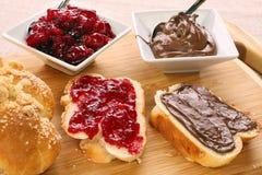 Сладостный завтрак хлеба с сливк варенья и шоколада стоковые изображения