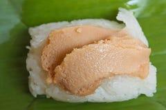 Сладостный липкий рис с отбензиниванием заварного крема яичка. Стоковое Изображение