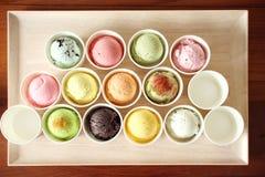 Сладостный и красочный ветроуловитель мороженого на деревянной плите Стоковые Фото